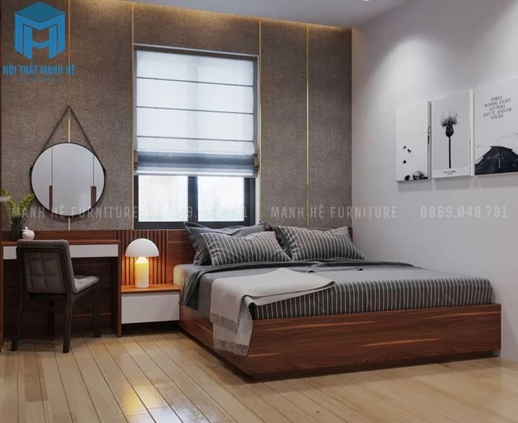 Phòng ngủ master được bố trí chiếc giường ngủ bằng gỗ tự nhiên khá thân thiện với ngôi nhà:  Phòng ngủ by Công ty TNHH Nội Thất Mạnh Hệ