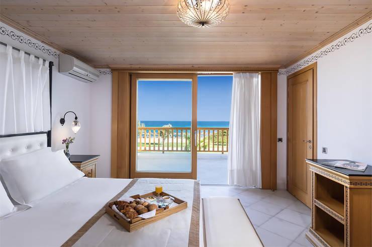 Camera con vista: Camera da letto in stile  di siru srl