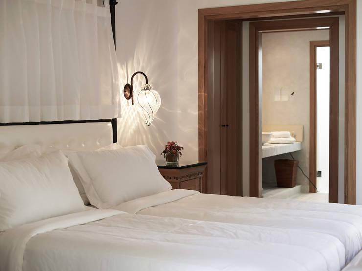 Camera da letto di lusso: Camera da letto in stile  di siru srl