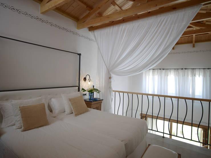 Lampade Siru per Mitsis Blue Resort: Camera da letto in stile  di siru srl