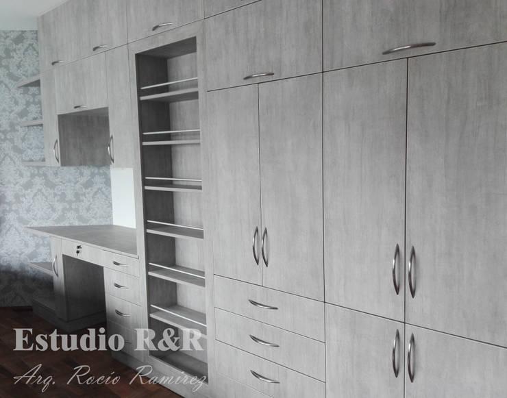 Clóset con esclusa: Dormitorios de estilo  por Estudio R&R