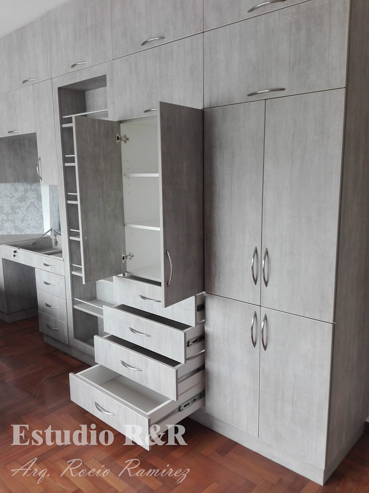 CLOSET INTEGRADO CON FALSA PUERTA: Dormitorios de estilo  por Estudio R&R