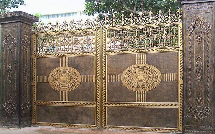 Bộ sưu tập mẫu cửa cổng nhôm đúc đẹp cao cấp:  Walls & flooring by CÔNG TY CỔ PHẦN SẢN XUẤT HOÀNG GIA HÀ NỘI