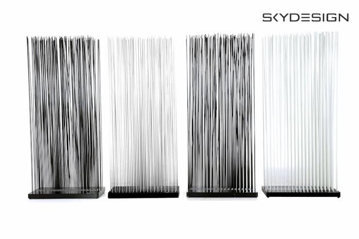 Schwarze und weiße Raumteiler für die Terrasse als Outdoor Sichtschutz:  Arbeitszimmer von www.skydesign.news - Raumteiler aus Berlin