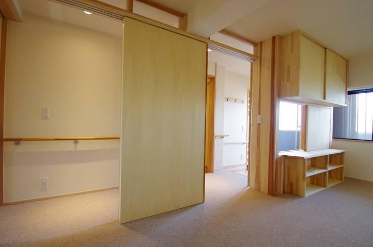 Chambre de style  par K+Yアトリエ一級建築士事務所, Asiatique