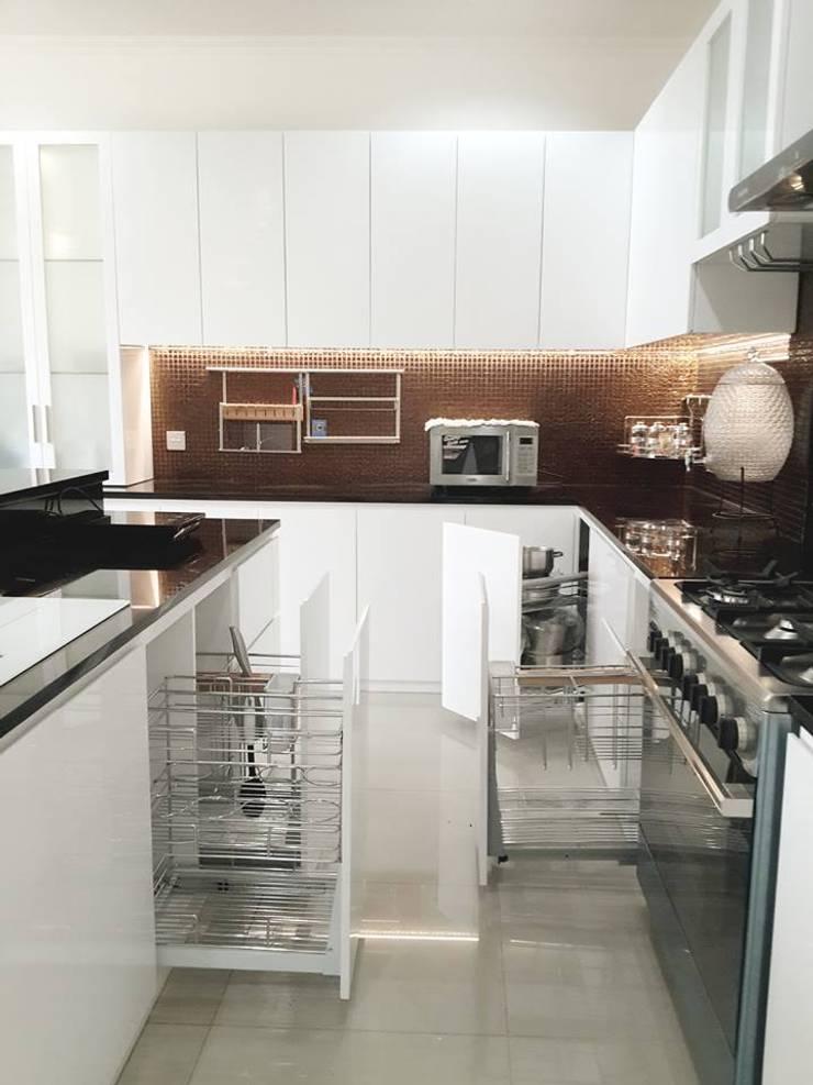 Kitchen Set :  Dapur built in by PT. INTEREKA BANGUN