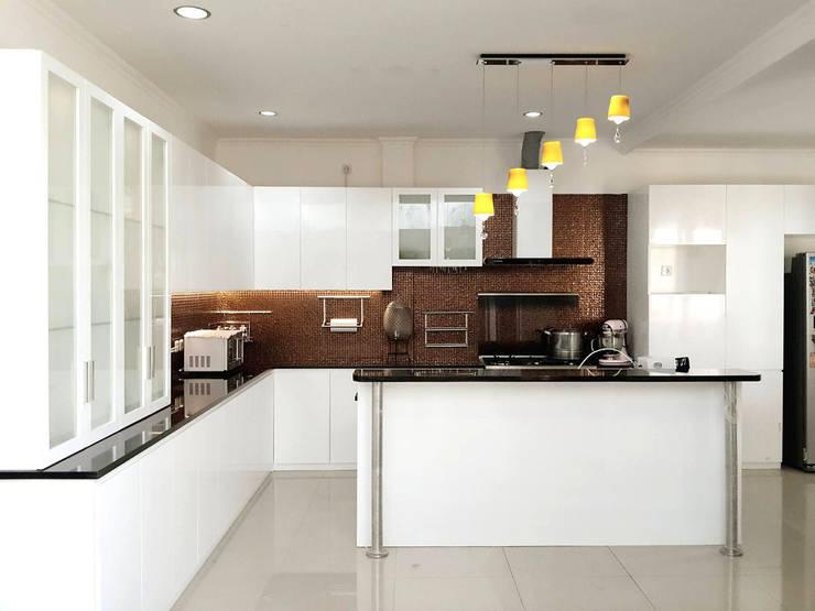 Kitchen Set - Ratna House:  Dapur built in by PT. INTEREKA BANGUN