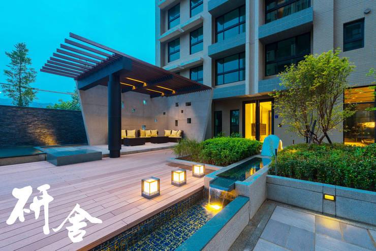 Balconies, verandas & terraces  oleh 研舍設計股份有限公司