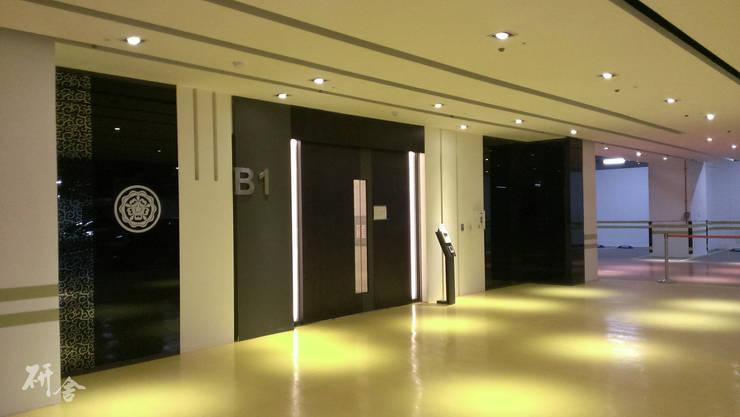 Garages prefabricados de estilo  por 研舍設計股份有限公司, Escandinavo
