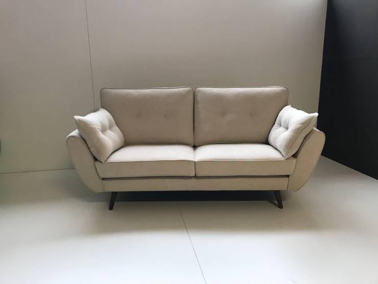 Sofá Vintage: Sala de estar  por Delarte - Fábrica de Estofos e Decoração Lda