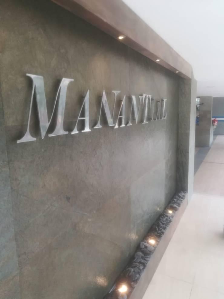 FUENTE DECORATIVA PARA UNIDAD MANANTIAL : Sala multimedia de estilo  por AWA FUENTES