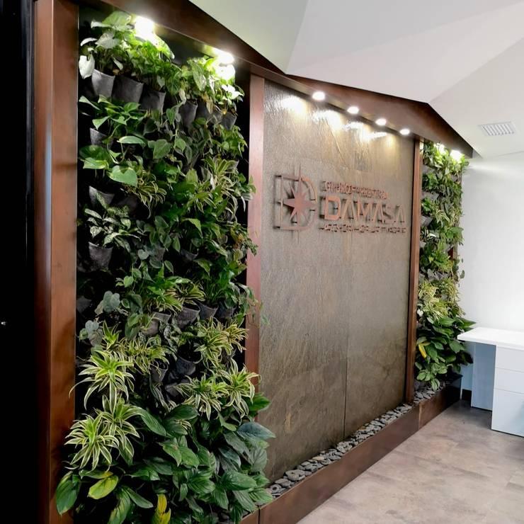 FUETE DE AGUA EN PIEDRA CON JARDINES VERTICALES Y LOGO CORPORATIVO : Oficinas y tiendas de estilo  por AWA FUENTES