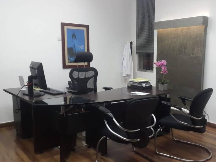 FUENTE DE AGUA EN CONSULTORIO MÉDICO : Oficinas y tiendas de estilo  por AWA FUENTES