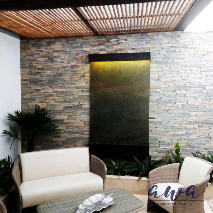 FUENTE DE AGUA VERTICAL EN PIEDRA : Balcones y terrazas de estilo  por AWA FUENTES