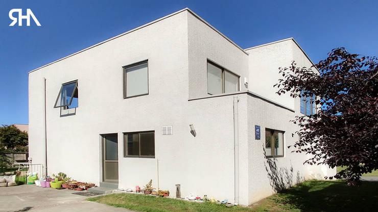 Acceso vehículo: Casas unifamiliares de estilo  por RHA Arquitectura + Construcción