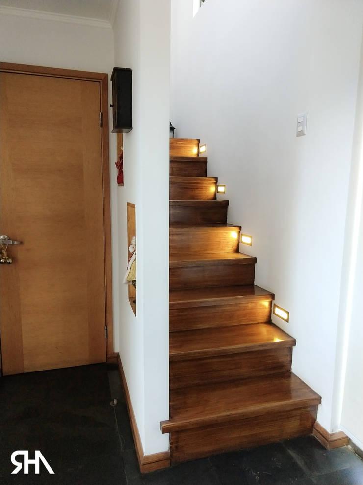 escalera : Escaleras de estilo  por RHA Arquitectura + Construcción