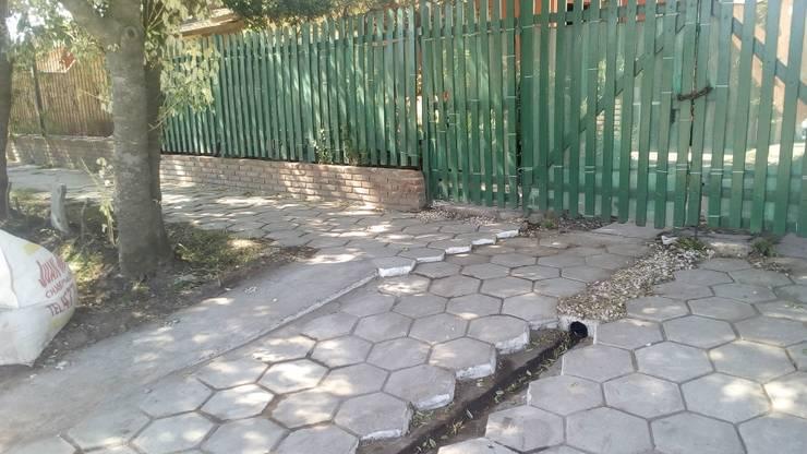 Acceso peatonal - Acceso vehicular: Jardines con piedras de estilo  por DUSINSKY S.A.,