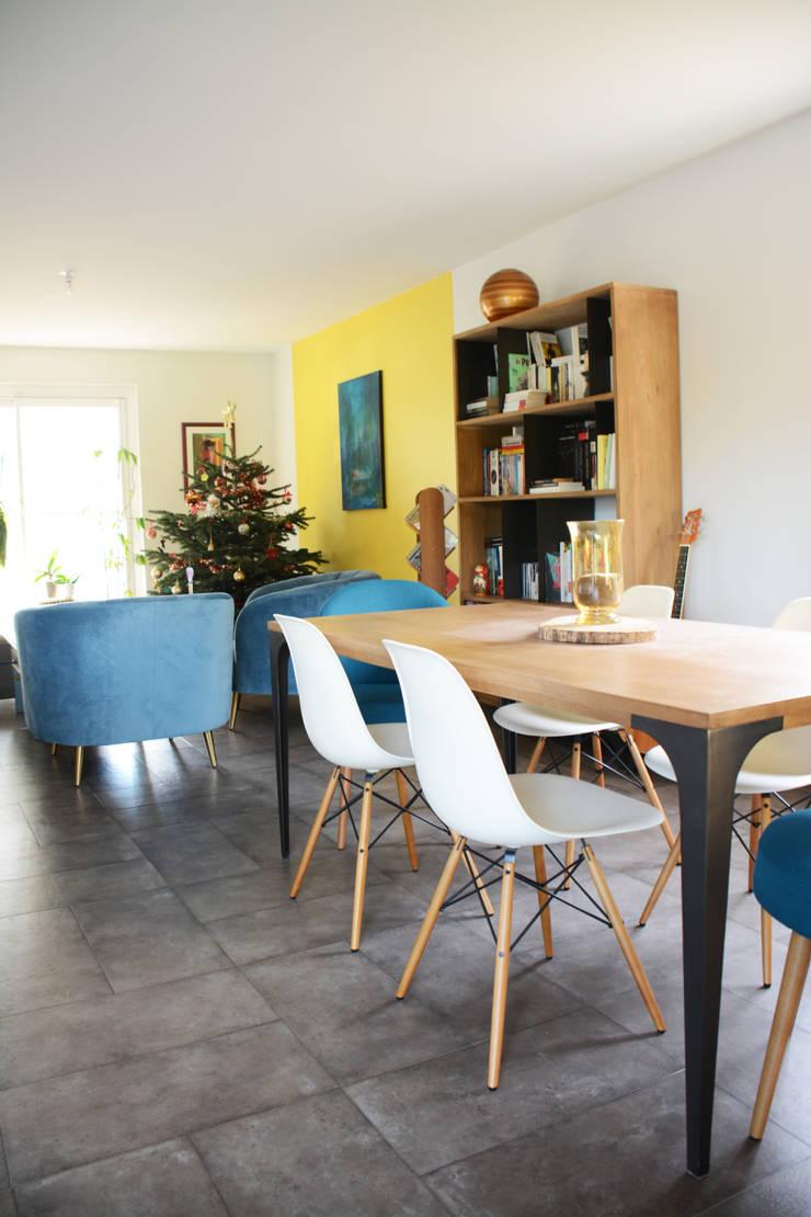 salle à manger donnant sur le salon: Salle à manger de style  par Koya Architecture Intérieure