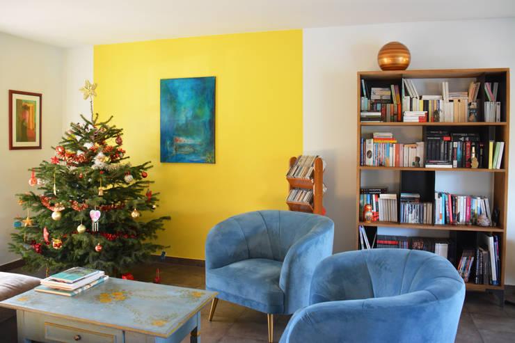 salon moderne glamour en velours bleu: Salon de style  par Koya Architecture Intérieure