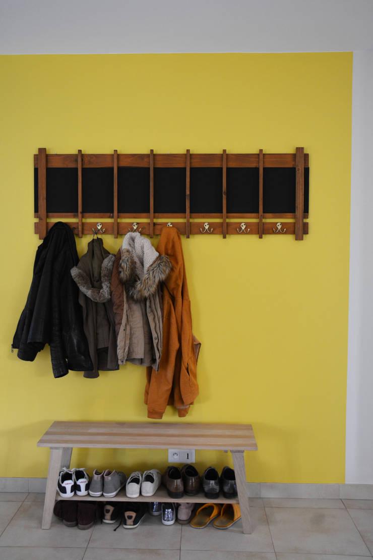 cadre couleur entrée: Couloir et hall d'entrée de style  par Koya Architecture Intérieure