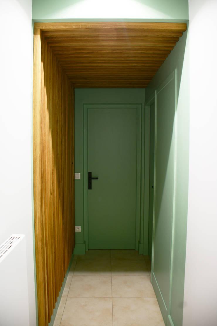 Rénovation d'une maison de plan pied à Millery: Couloir et hall d'entrée de style  par Koya Architecture Intérieure