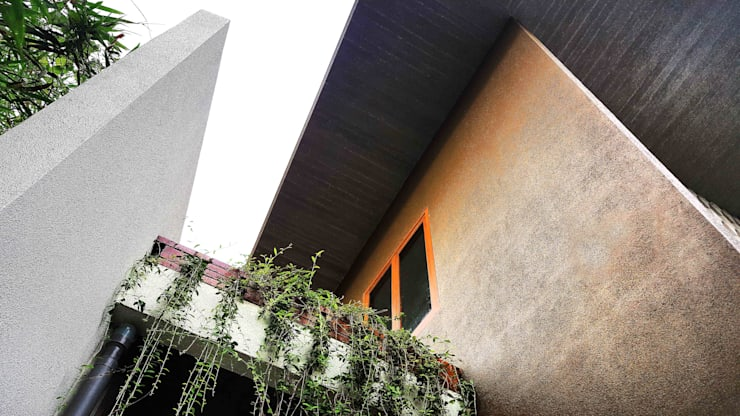 Balkon bernuansa tropis:  Balkon by Mandalananta Studio