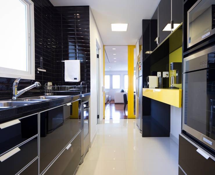 Cozinha preta: Cozinhas pequenas  por C2HA Arquitetos