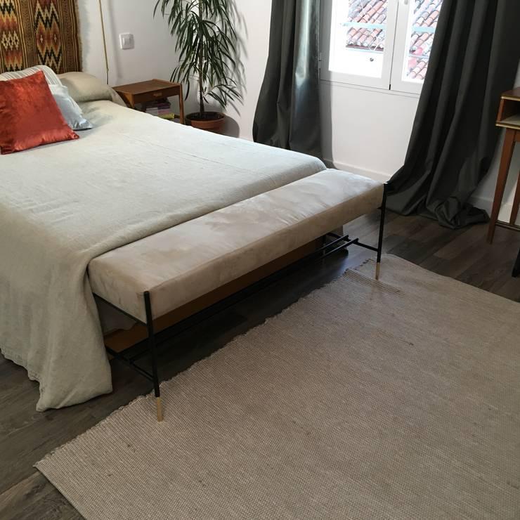 Dormitorio-1: Dormitorios pequeños de estilo  de nowheresoon
