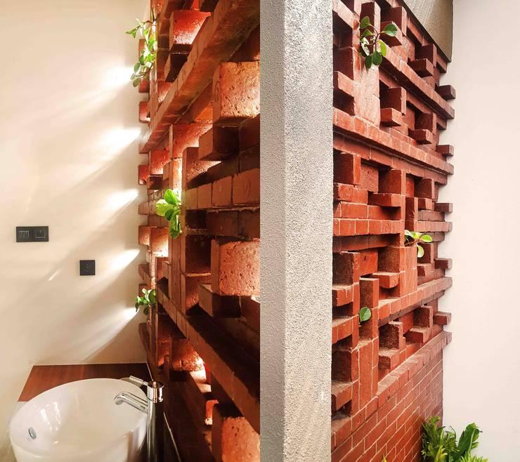 Cattleya Art Studio & Residence:  Kamar Mandi by Mandalananta Studio
