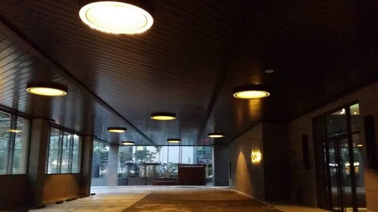 Pilotis: 피투엔디자인  _____  p to n design의  호텔,모던