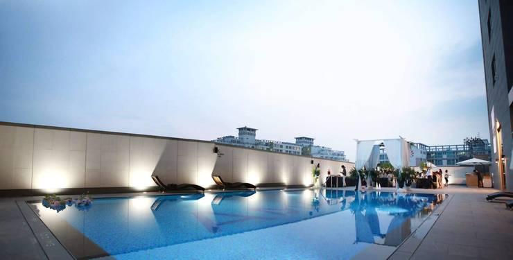4F Swimming-pool: 피투엔디자인  _____  p to n design의  호텔,
