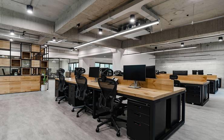 辦公室規劃設計施工:  書房/辦公室 by NO5WorkRoom