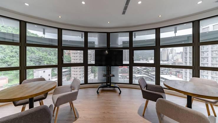 辦公室規劃設計施工:  視聽室 by NO5WorkRoom