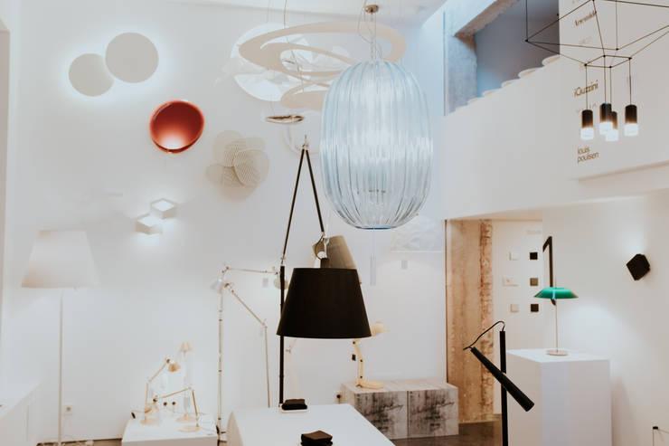 Showroom UNO iluminación en Valladolid: Centros de exposiciones de estilo  por UNO iluminación,Minimalista