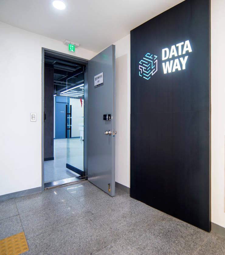 데이터웨이 오피스인테리어: 제시카디자인그룹 의  사무실,