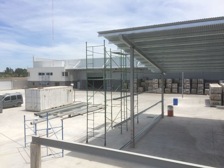 Deposito y Playa de Maniobras en Paso del Rey, Pcia Bs. As.: Casas de estilo  por Arq. Fernando Rodriguez & Asociados,