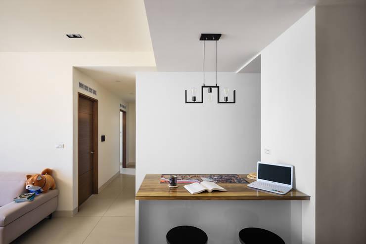 Salas de jantar  por 築室室內設計,