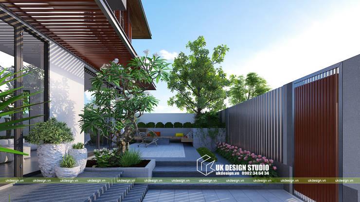 Sân vườn biệt thự hiện đại:  Sân trước by UK DESIGN STUDIO - KIẾN TRÚC UK