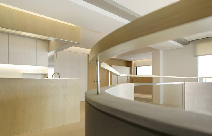 Corridor & hallway by  何侯設計   Ho + Hou Studio Architects , Modern