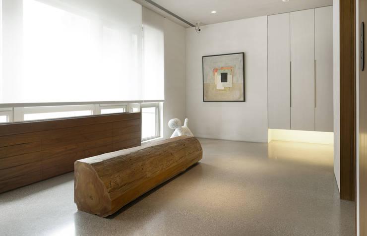 大直住宅 DaShih Residence:  走廊 & 玄關 by  何侯設計   Ho + Hou Studio Architects