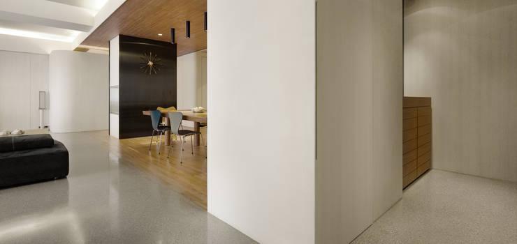 大直住宅 DaShih Residence:  客廳 by  何侯設計   Ho + Hou Studio Architects
