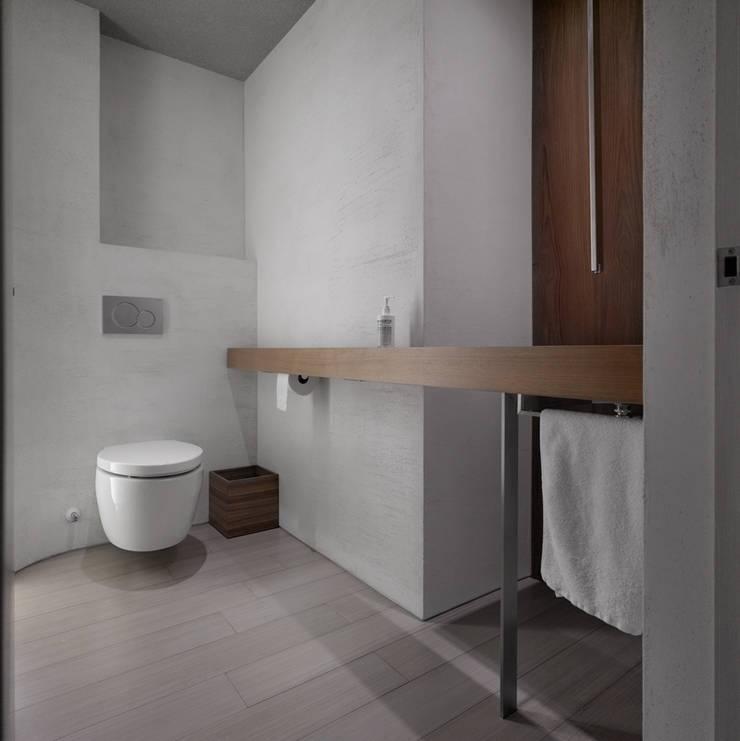 大直住宅 DaShih Residence:  浴室 by  何侯設計   Ho + Hou Studio Architects