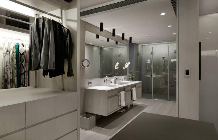 大直住宅 DaShih Residence:  更衣室 by  何侯設計   Ho + Hou Studio Architects