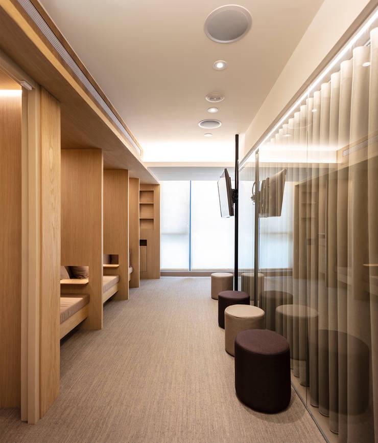 牙醫診所 Dental Clinic:  診所 by  何侯設計   Ho + Hou Studio Architects