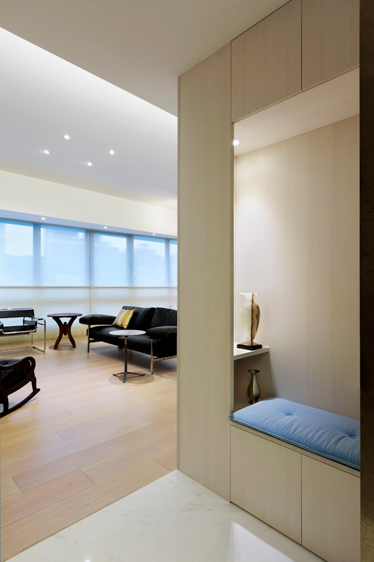 毛宅 Mao Residence:  走廊 & 玄關 by  何侯設計   Ho + Hou Studio Architects