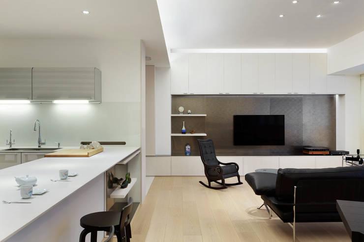 毛宅 Mao Residence:  客廳 by  何侯設計   Ho + Hou Studio Architects