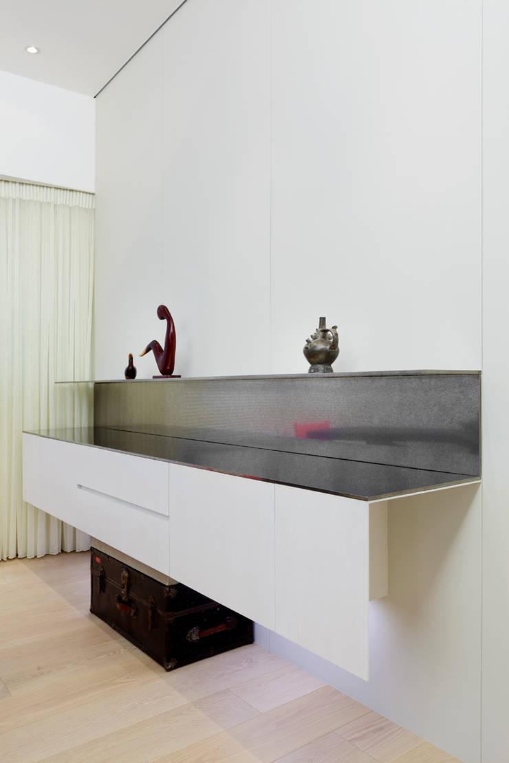 毛宅 Mao Residence:  餐廳 by  何侯設計   Ho + Hou Studio Architects