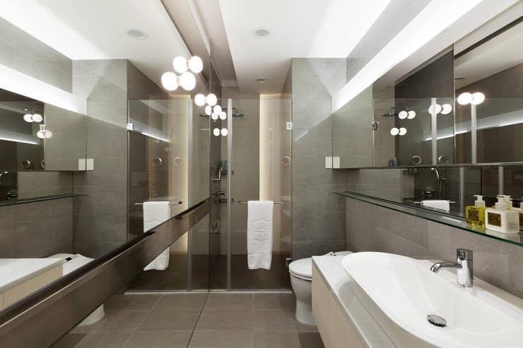 Baños de estilo  por  何侯設計   Ho + Hou Studio Architects , Moderno