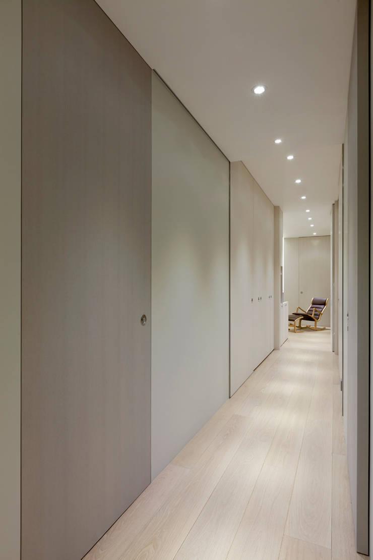 Pasillos y vestíbulos de estilo  por  何侯設計   Ho + Hou Studio Architects , Moderno