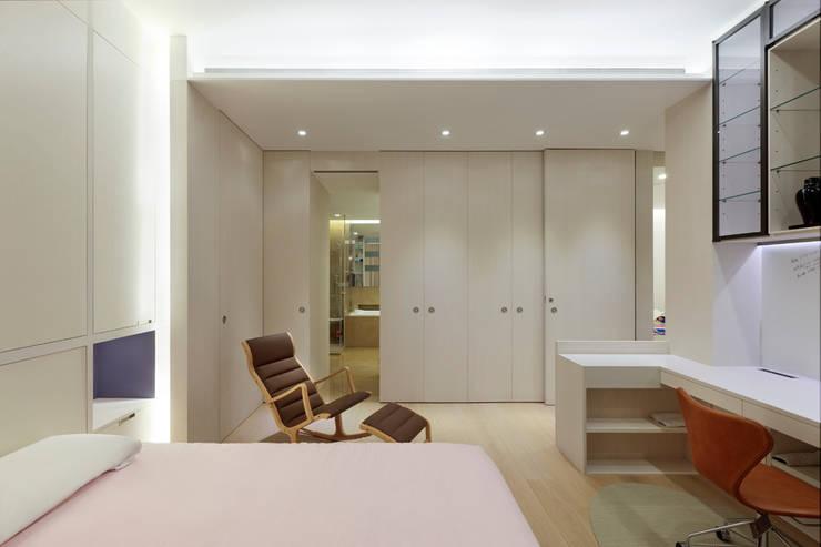 毛宅 Mao Residence:  臥室 by  何侯設計   Ho + Hou Studio Architects